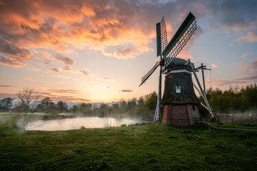Bild mit Sonnenuntergang, Sonnenaufgang, Abendrot, Nebel, Landschaft, Wiese, Nordsee, See, Ostfriesland, Mühle