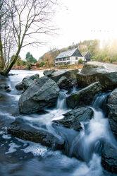 Bild mit Vögel, Haus, Landschaft, Steine, Fluss