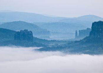 Bild mit Natur, Berge, Hügel, Wolken, Felsen, Stein, Blau, Nebel, berg, Gebirge, Gestein, Schweiz, sächsische schweiz, morgennebel