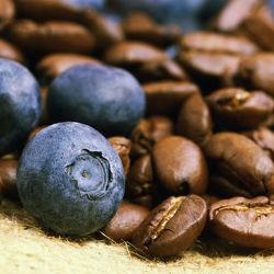 Bild mit Getränke, KITCHEN, KITCHEN, aroma, cafe, coffeetime, geröstet, getränk, Heißgetränk, kaffee, kaffeebohne, kaffeebohnen, kaffeeduft, kaffeetasse, kaffeetassen, kaffezeit, tassen, ungemahlen, kaffe, Cappuccino, Mokka, Espresso, Küche, Küchen, Blaubeere, Heidelbeere