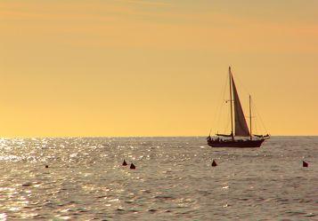 Segelschiff in der Abenddämmerung