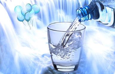 Bild mit Wasser, Wasser, Glas, Trinken, Wasserblasen, Trinkflasche, Wasserfall, erfrischend, frisch, getränk, Luftblasen, wasserglas, wasser splash