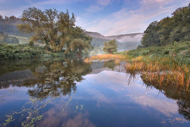 Bild mit Natur,Wälder,Flüsse,Nebel,Wald,Feld,Felder,Landschaften im Herbst,Fluss,Nebelwolken