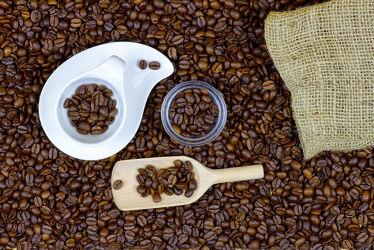 Kaffeebild mit Esspressotasse, Kaffeebohnen & mehr