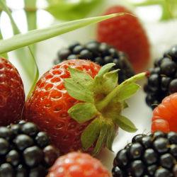 Bild mit Früchte, Lebensmittel, Beeren, Frucht, Obst, Erdbeere, Erdbeeren, Küchenbild, Küchenbild, Himbeere, Himbeeren, Food, Küchenbilder, KITCHEN, Küche, Küche, Küchen, Beere, Brombeeren, Brombeere