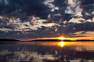 Sonne über dem See Lentua, Finnland