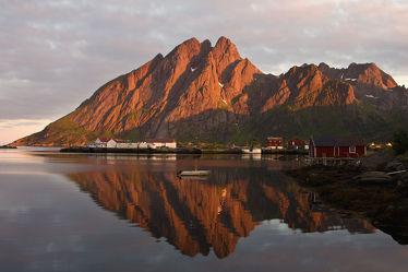Spiegelung am Fjord auf den Lofoten