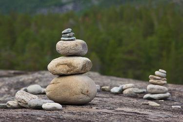 Bild mit Natur, Urlaub, Landschaft, Meditation, Entspannung, Wellness, Skandinavien, Norwegen, Reise, Erholung, Gestein, harmonie, Steinhaufen, steintürmchen, wellnessdekoration, wellnesdeko