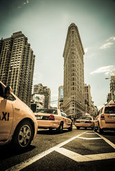 Bild mit Architektur, Gebäude, Stadt, urban, New York, USA, street, Manhattan, taxi, New York City, NYC, Gelbe Taxis, yellow cabs, Grossstadt, high tower, cabs, cab, gelbes taxi, flat iron building