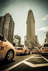 Bild mit Architektur, Gebäude, Stadt, urban, New York, USA, street, Manhattan, taxi, New York City, NYC, Gelbe Taxis, yellow cabs, Grossstadt, high tower, cabs, cab, gelbes taxi, flat iron building