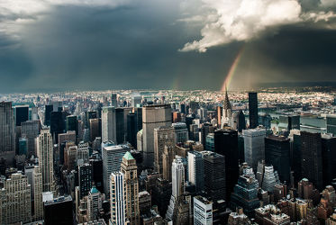 Bild mit Autos, Architektur, Straßen, Panorama, Stadt, clouds, Nature, urban, urban, New York, monochrom, City, Staedte und Architektur, USA, hochhaus, wolkenkratzer, metropole, Straße, island, Hochhäuser, rainbow, street, Manhattan, Brooklyn Bridge, Yellow cab, taxi, Taxis, New York City, NYC, NYC, Gelbe Taxis, yellow cabs, high tower, big apple, empire state building, one world trade center, skyscraper, skyscraper, birds view, high towers, rain, rainy, storm, thunder