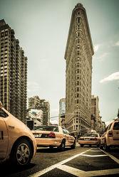 Bild mit Autos, Architektur, Straßen, Stadt, urban, New York, New York, monochrom, Staedte und Architektur, USA, schwarz weiß, hochhaus, wolkenkratzer, metropole, Straße, Hochhäuser, SW, Manhattan, Brooklyn Bridge, Yellow cab, taxi, Taxis, New York City, NYC, Gelbe Taxis, yellow cabs, high tower, cabs, flat iron