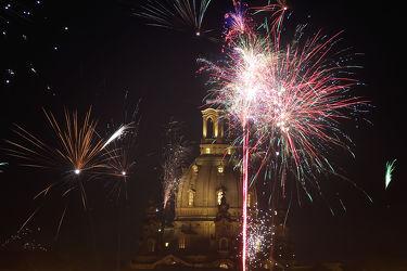 Bild mit Architektur, Gebäude, Kirchen, Dresden, Frauenkirche, Kirche, Nachtaufnahmen, Feuerwerk, silvester, Nachtaufnahme