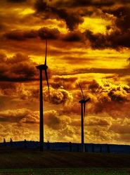 Bild mit Natur, Himmel, Sonnenuntergang, Sonnenaufgang, Wolkenhimmel, Feld, Felder, Windräder, windrad, brennender Himmel