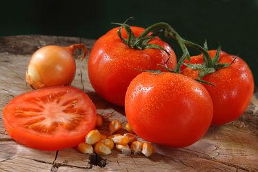 Bild mit Tomate, Tomaten, Gemüse, Küchenbild, Küchenbilder, KITCHEN, frisch, Küche, Mais, Maiskörner, Zwiebel, onion, corn, tomatos