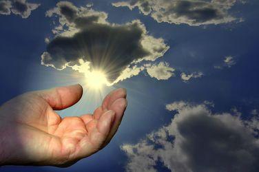 Bild mit Himmel,Sonne,Hand,Licht,Extras,Beten,Leer,Offen,Empfangen,Hilferuf,Bittend,Glauben