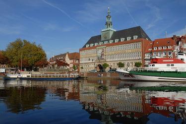 Bild mit Rathaus, Sehenswürdigkeiten, Seenotrettungskreuzer, Emden, Ostfriesland, Am Delft, Breusing, Stadtmitte, Hafenrundfahrten