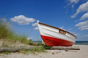 Bild mit Urlaub, Sommer, Sonne, Strand, Sandstrand, Schiff, boot, Boote, Ferien, Dünengras, Reisen, Erholung, Ostseeküste