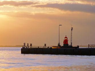 Bild mit Wasser,Gewässer,Flüsse,Wahrzeichen,Sonne,Leuchttürme,Schifffahrt,Emden,Ostfriesland,Abendsonne,Seenebel,Leuchtturm,Dollart,Ems,Dunst,Außenmole,Mole,Sperrgebiet,Freihafen