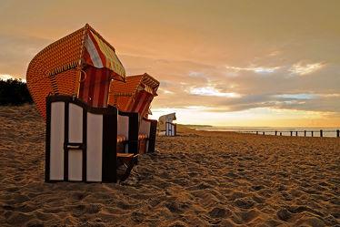 Bild mit Himmel,Wolken,Gewässer,Strände,Sand,Sonnenuntergang,Urlaub,Abendrot,Sonne,Strand,Ostsee,Meer,Licht,Küste,Reisen,Erholung,Buhnen,Abendhimmel