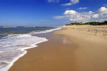 Bild mit Gelb,Himmel,Wolken,Weiß,Strände,Wellen,Sand,Urlaub,Blau,Sonne,Strand,Strand / Meer,Erholung,Sonnenstrahlen,Wärme,Ausspannen,Relaxen,Traumstrand,Sanft