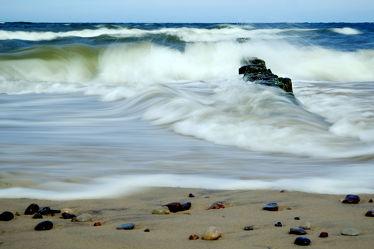 Bild mit Himmel, Horizont, Wellen, Sand, Urlaub, Strand, Meer, Steine, Küste, Reisen, Strand / Meer, Ausspannen, sturm, Buhnen, Gischt, Wogen, Kiesel, Wolkenlos