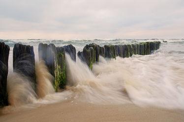 Bild mit Wolken,Strände,Brandung,Wellen,Urlaub,Strand,Meer,Küste,Extras,Erholung,Wind,sturm,Buhnen,Orkan,Ostseeküste,Gischt