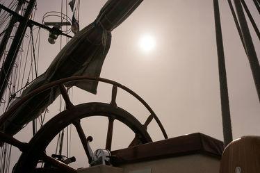 Bild mit Urlaub, Segeln, Schiffe, Nebel, Sonne, Schifffahrt, Sonnenlicht, Ausspannen, Segel, Dunst, Steuerrad, Sitzplatz, Masten, Seile