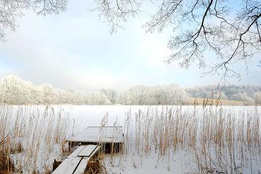 Bild mit Himmel, Bäume, Winter, Schnee, Wolken, Eis, Weiß, Blau, Steg, Ruhe, Winterzeit, Winterzeit, Ausspannen, Fischer, Angler, Ruhepause, Anglersteg