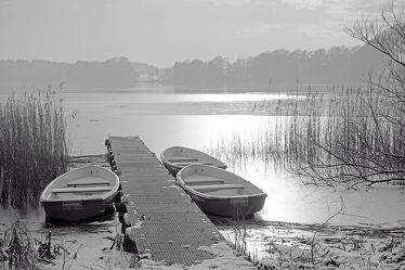 Bild mit Nebel, Boote, Boote, Steg, Frost, schwarz weiß, SW