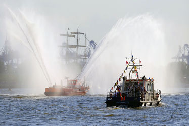 Bild mit Wasser,Wasser,Himmel,Schiffe,Häfen,Schiffe und Meer,Hafenkapitän,Löschfahrzeug,Löschboot,Hamburg,Hansestadt,Löschstrahl