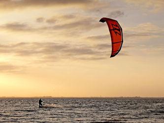 Bild mit Wasser, Himmel, Wolken, Surfen, Kitesurfen, Meer, Wattenmeer, Emden, Ostfriesland, Abendsonne, Dollart, Knock