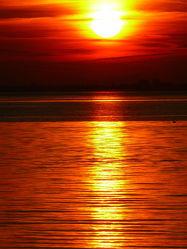 Bild mit Wolken, Rot, Wellen, Sonnenuntergang, Spiegelung, Wattenmeer, Emden, Ostfriesland, Seenebel, Dollart, Ems, Dunst, Fluß, Holland, Niederlande, Knock