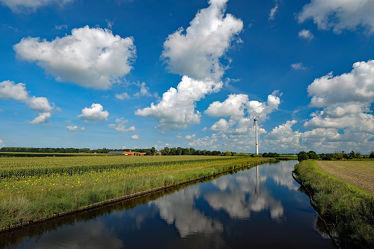 Bild mit Himmel, Wolken, Weiß, Kanäle, Blau, Bauernhöfe, Spiegelung, Felder, Wiesen, Ostfriesland, windrad, Höfe