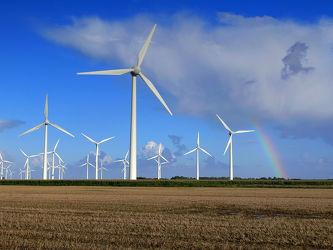 Bild mit Himmel, Wolken, Herbst, Blau, Sonne, Regenbögen, Felder, Emden, Ostfriesland, Ostfriesland, Regenbogenfarben, Stoppelfeld, Knock, Windpark