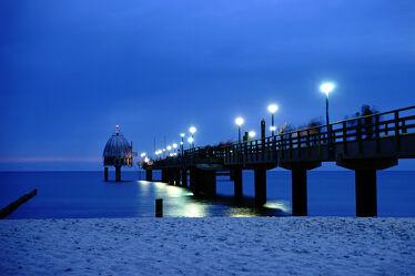 Bild mit Menschen, Urlaub, Deutschland, Strand, Ostsee, Meer, Steg, Insel, Seebrücke, Küste, Zingst, Abendhimmel, Lichter, Tauchglocke, Vergnügen