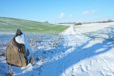 Bild mit Gräser, Himmel, Winter, Schnee, Blau, Wege, Felder, Wiesen, Anhöhe, Schleswig_ Holstein, Eckpunkte, Merkmale, Eckstein, Areal, Gutshof, Naturparks