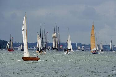 Bild mit Wolken, Boote, Sonnenlicht, Regen, Wind, Kieler_Förde, Segler, Kiel, 2017, Schiffsregatter