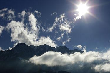 Bild mit Berge, Himmel, Wolken, Blau, Sonne, Licht, farbig, Schatten, Sanft, Wolkenspiel, sonnig, luftig, Bergspitze, Farbfotografie