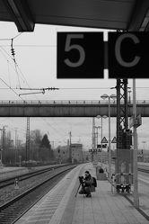 Bild mit Fotografie, Fotografie, schwarz weiß, dekorativ, Bahnhof, zeitlos, Bahngleis, Bahnhofbrücke, Bahnhoflaternen, Bahnsteig, Bahnübergang