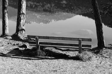 Bild mit Natur, Bergsee, See, Bank, schwarz weiß, SW