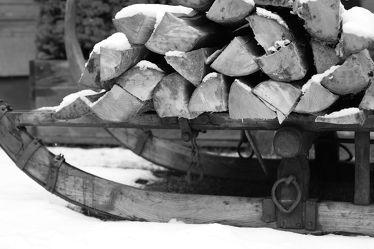 Bild mit Winter, Schnee, Holz, Winterzeit, Fotografie, schwarz weiß, SW, feuerholz, Holzstapel, kaminholz