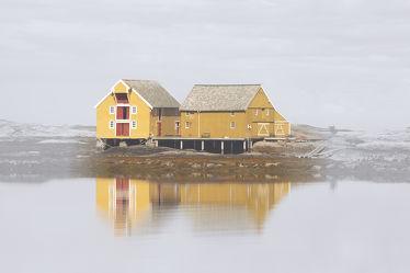 Bild mit Natur, Gewässer, Haus, Haus am See, Am Meer, Am Wasser, Am See, Norden, gelbes Haus