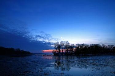 Bild mit Natur, Landschaften, Bäume, Winter, Gewässer, Wälder, Sonnenuntergang, Wald, Baum, Berlin, Landschaft, See, modern, Blaue Stunde, zeitlos, Wannsee
