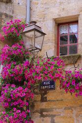 Bild mit Blumen, Frankreich, romantik, petunien, Nostalgie, Laterne, romantisch, Hochformat, Idyll, idyllisch, verträumt, französisch, mediteran, mediterran