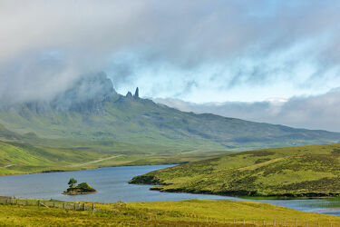 Bild mit Natur, Wolkenhimmel, Landschaft, See, Schottland, Gebirge, Hochnebel, Isle of Skye, Grasland, old man of storr