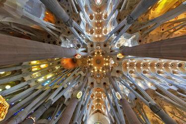 Bild mit Architektur, Kirche, modern Art, Kathedrale, Säulen, Sakralbau, Sagrada Familia, Barcelona, Antoni Gaudi, innen