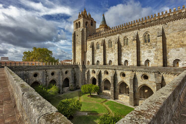 Bild mit Stein, Architektur, Glockentürme, Klöster, Wolkenhimmel, Kathedrale, Portugal, bogengang, Evora, Basilica