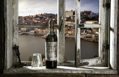 Bild mit historische Altstadt, Fluss, Fensterblick, Portugal, holzfenster, aussicht, rotweinflasche, porto, Unesco Weltkulturerbe, douro