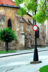 Verkehrsschild -gesperrt- vor Kirchengebäude